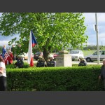 čestná stráž s prapory u pomníku