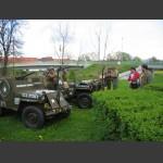 jeepy před pomníkem
